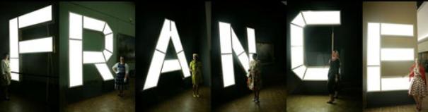 """Les lettres lumineuses """"FRANCE"""" de l'exposition dédiée au célèbre paquebot"""